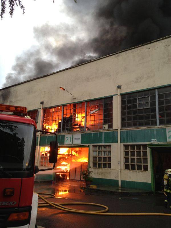 Aparatoso incendio en una empresa de Alonsotegi