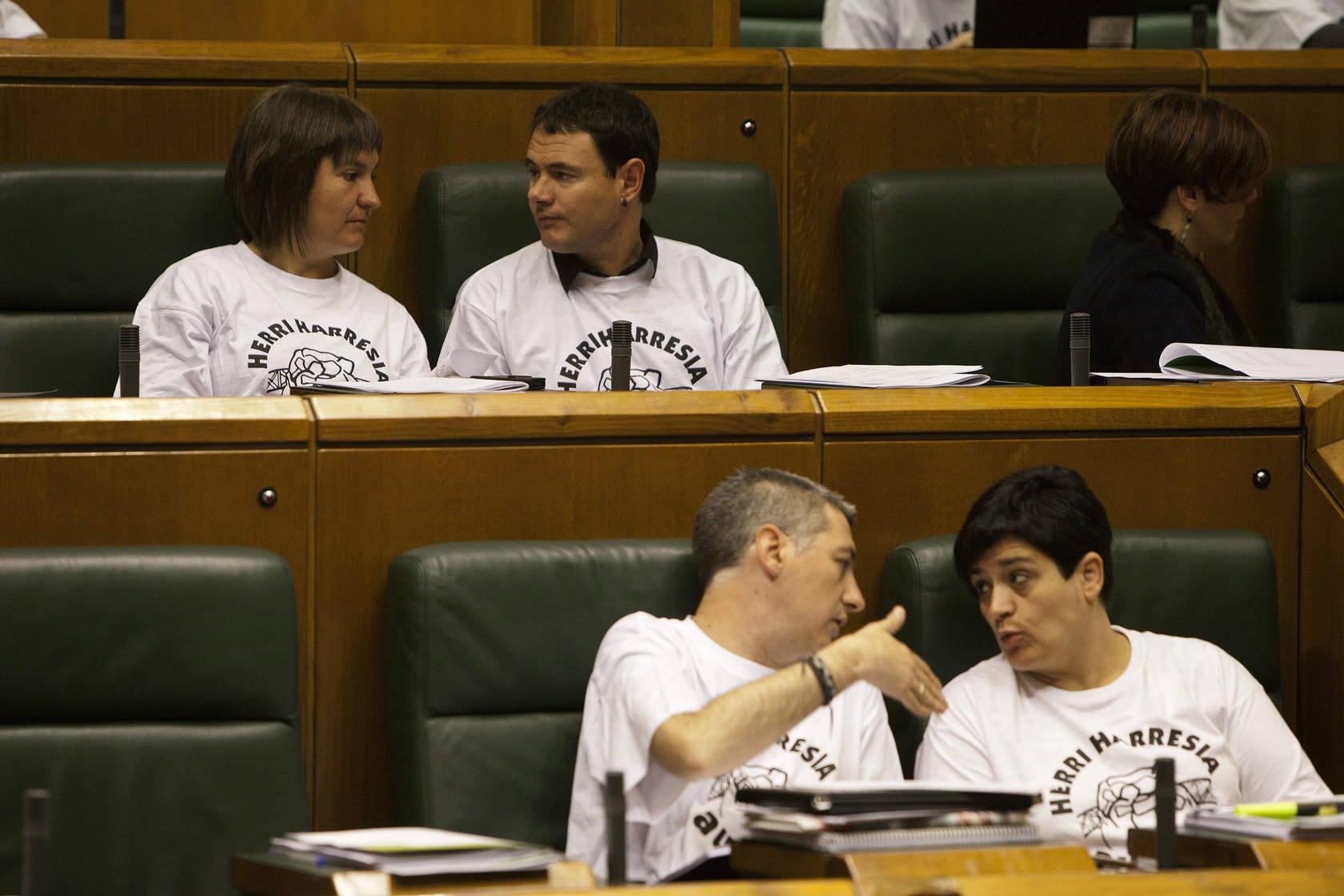Los parlamentarios de EH Bildu llevan al pleno camisetas a favor del 'muro popular' de Ondarroa