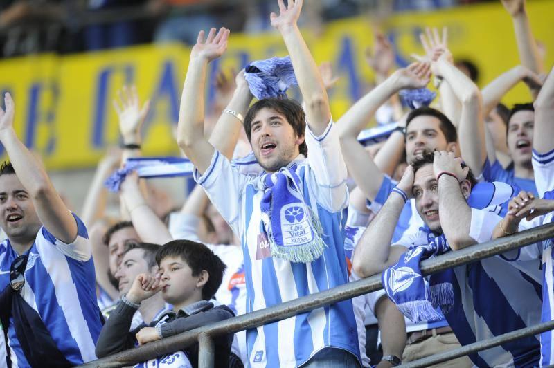Fotos de los aficionados del Alavés apoyando a su equipo en el derbi