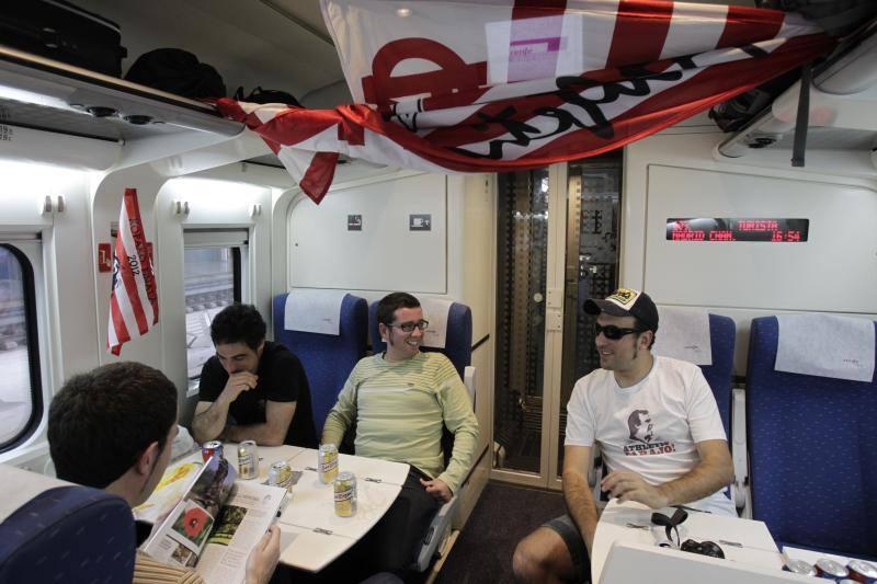 Aficionados del Athletic se dirigen a Madrid en tren desde Abando