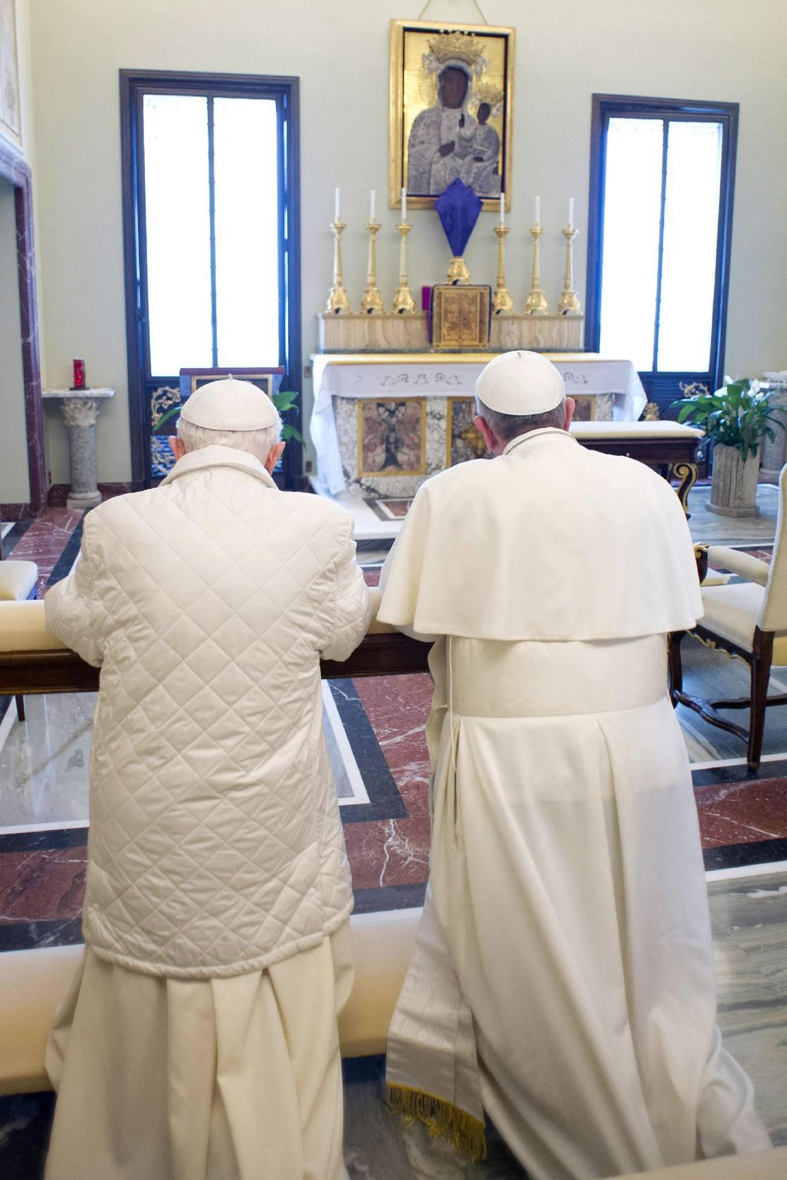Fotos del encuentro entre Francisco y Benedicto XVI