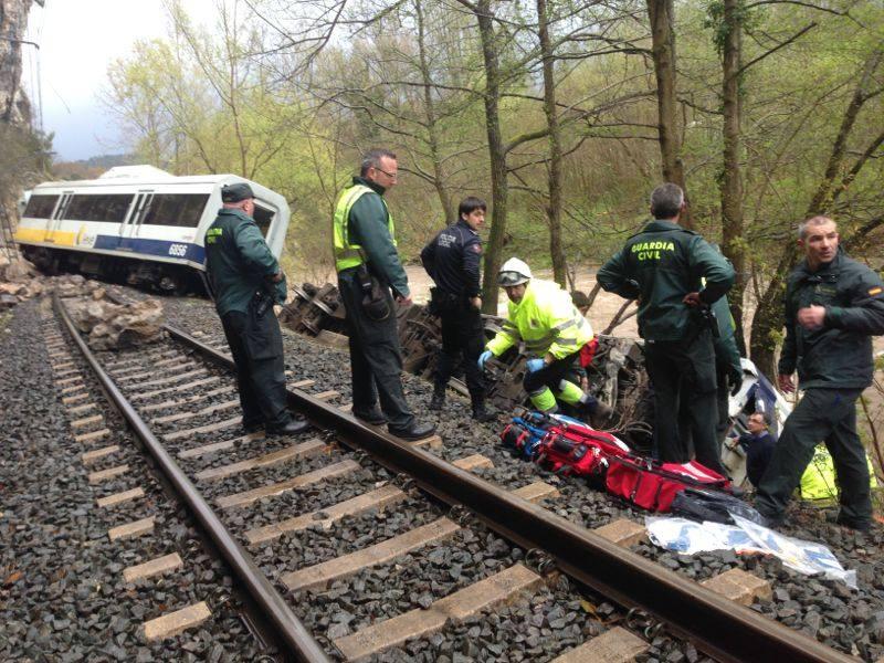Fotos del descarrilamiento de un tren de Feve cerca de Torrelavega