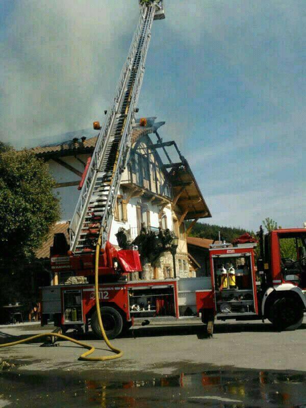 Desalojado el restaurante 'Axpe Goikoa' de Dima por un espectacular incendio
