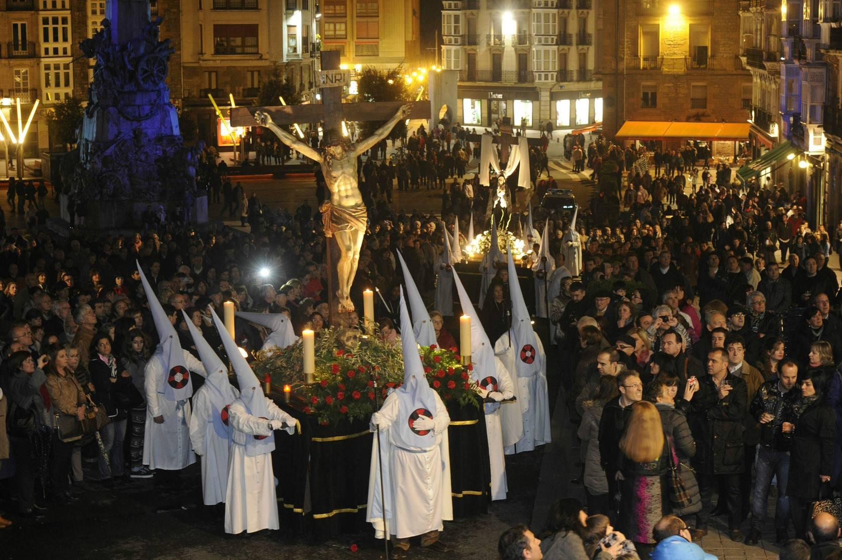 La procesión del silencio resuena en Vitoria